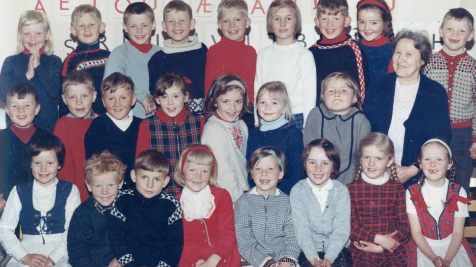 FØRSTE KLASSE: Erna Solberg i første klasse på Starefossen skole i Bergen 1967. (Foto: Privat)