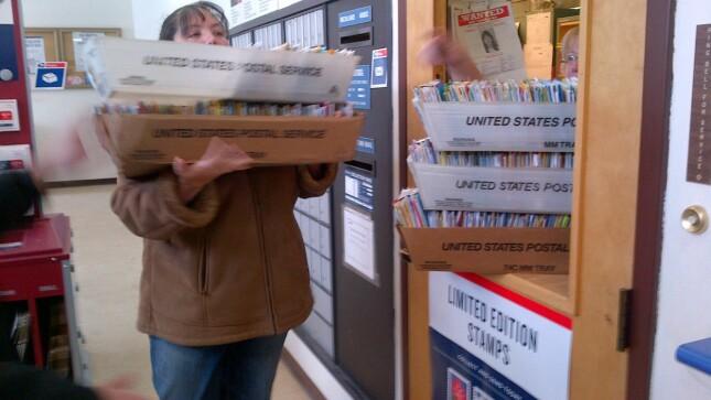 ENORME MENGDER: Mennesker over hele verden sender kort og gaver til Colin. Her er moren Jennifer på den daglige turen til postkontoret. Foto: Facebook/Happy Birthday Colin.