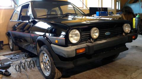 Nå begynner det å ligne noe. Originalmotoren er borte, men bilen blir seende helt original ut. Foto: Privat