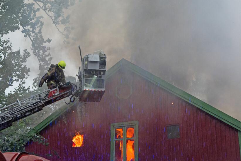 OVERTENT: Her jobber brannvesenet med å få kontroll over brannen i Hjelms gate 5 i Oslo torsdag kveld. Huset har store skader etter brannen. FOTO: Kristian Ervik/ TV 2