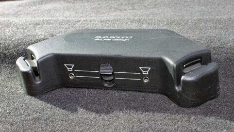 Uttak til øretelefoner på hatthyllen, med mulighet til å mute bakhøyttalerne, var en gimmick som kom på denne generasjonen Audi 100. Foto: Finn.no