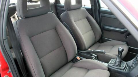 Sportsstoler fulgte med på Quattro-versjonene. Hadde bilen vært en CS Quattro-versjon fra før faceliften, ville de dog ha vært i litt mer påkostet velourtrekk. Foto: Finn.no