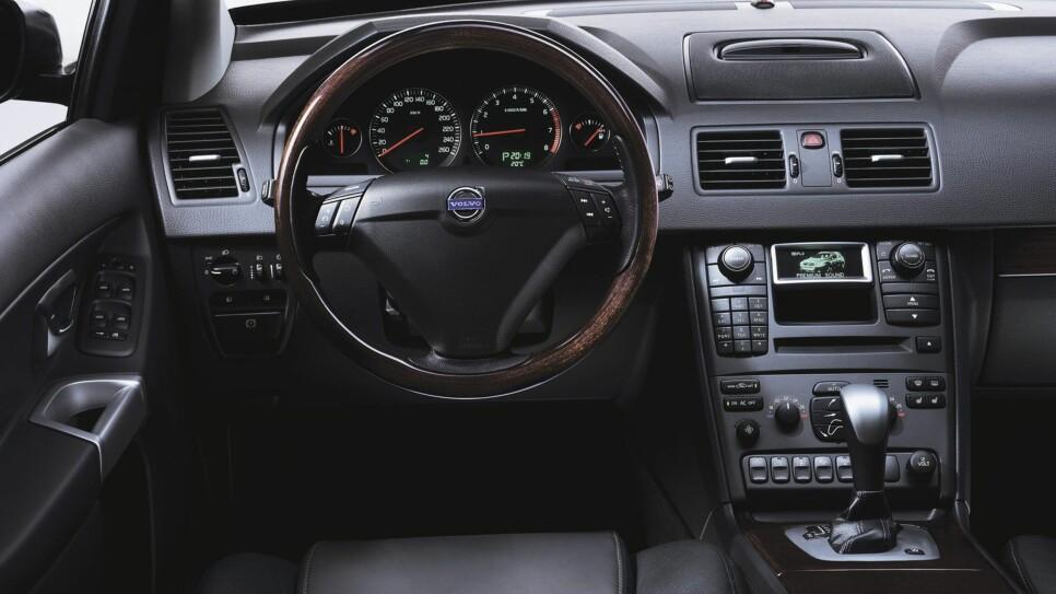 Interiøret var nyskapende nok i sin tid, men her har tiden gått litt fra Volvo. Navigasjonssystemet er forøvrig ganske tungvint og utdatert.