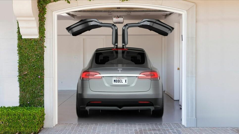 Falcon-dører har Tesla valgt å kalle vippedørene som det er bestemt blir videreført fra konseptbilen til produksjonsmodellen. Ikke alltid så praktisk, kanskje - men unektelig et lite party trick å imponere naboen med.
