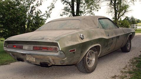 Under det tykke støvlaget finner vi en helt original - men spesiell bil. Foto: ebay
