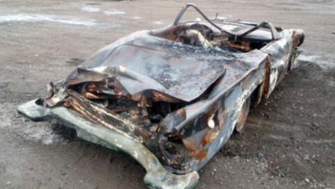 Alt er forvridd og skadet av takkonstruksjoner som har falt over bilen i brannen. Hadde det ikke vært for den særpregede bakfangeren ville mange hatt problemer med å skjønne hvilken bil dette er. Foto: eBay