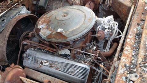 Noen biler kan reddes etter brann, gjerne de som har blitt slukket raskt. Her har ventildekslene begynt å smelte, og alt tyder nok på at denne bilen brant både godt og lenge. Foto: eBay