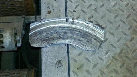 En utstlitt bremsekloss lå igjen etter bremseprøver. Foto: Statens vegvesen