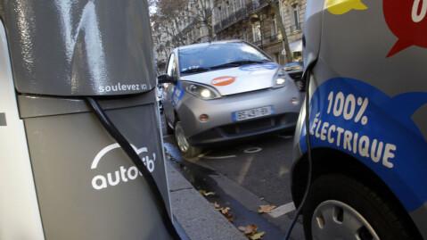 Ut med gamle og forurensende dieselbiler - inn med elbiler. Det er målsetning når franske myndigheter setter i gang en skikkelig offensiv for å få opp elbilandelen i landet. Foto: Scanpix.