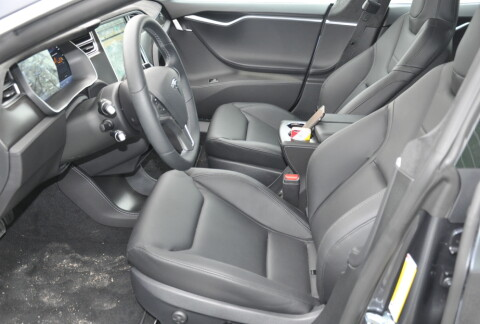 Interiøret i nye Model S byr på bedre sportsseter, med gode sidestøtte.
