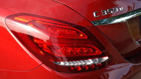 """Den lille """"E-en"""" i emblemet røper at det dreier seg om en hybrid."""