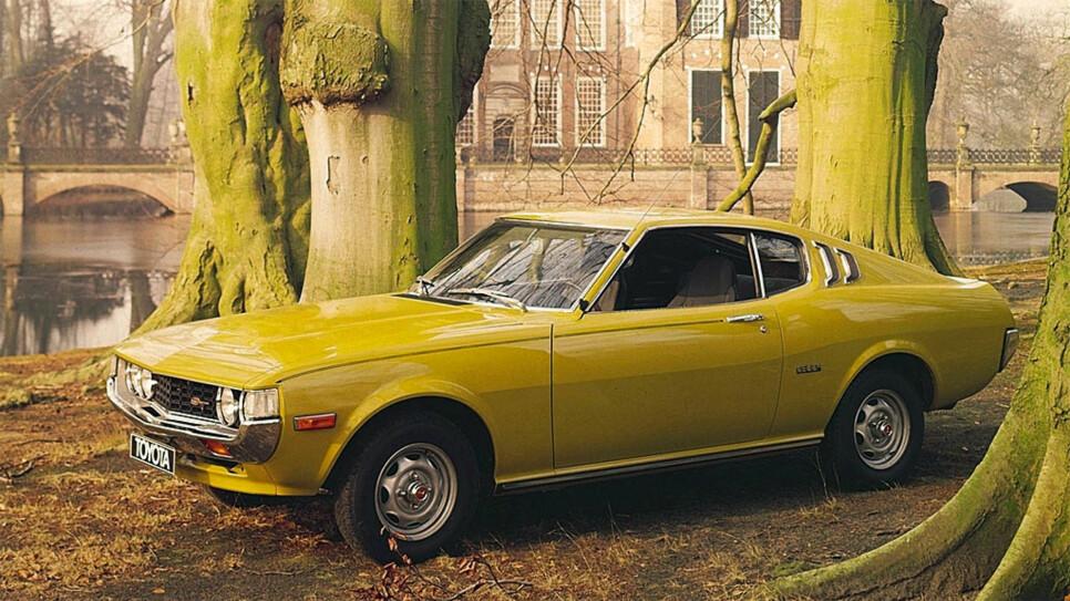 Toyota Celica er en lekker sak. Dette er et originalt reklamebilde fra 70-tallet.