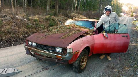 Her skal den røde delebilen, som er pill råtten, vinsjes opp på hengeren etter å ha blitt dratt ut av skogen med traktor. Foto: Privat.
