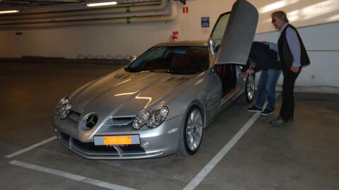 Morten får et klapp på ryggen etter at parkeringen er fullført. Heldigvis skal den ikke ut igjen helt med en gang ...
