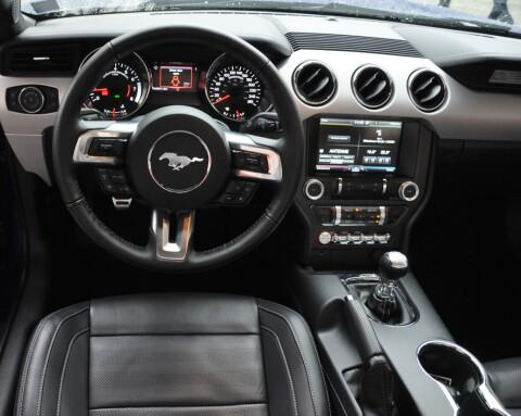 Interiøret er ikke like påkostet som på premiumbiler. Men funksjonelt og greit – med gode koppholdere.