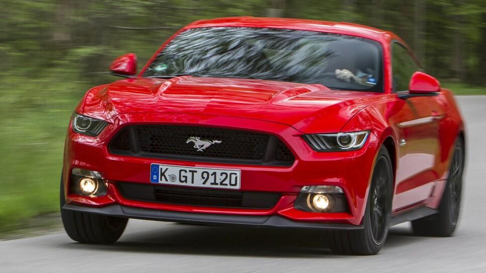 Ford Mustang har overraskende få innvendinger mot å kjøre på svingete veier.
