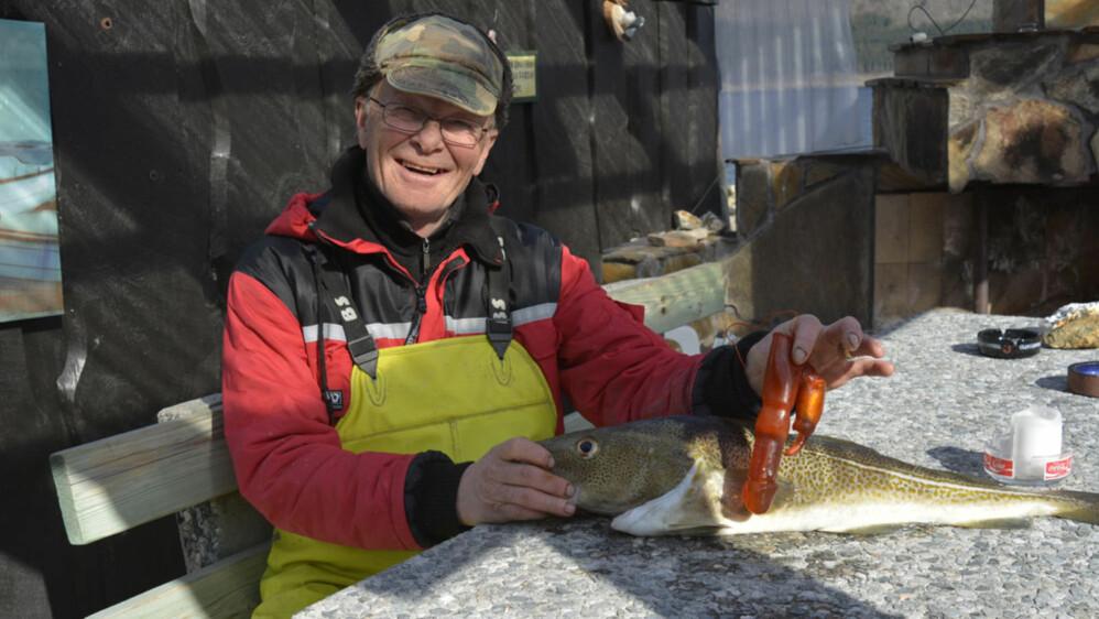 FISKELYKKE: – Jeg så at det var en merkelig kul på magen til fisken. Først fant jeg to-tre sild. Lenger inne lå det en stor dildo, sier Bjørn Frilund. FOTO: ANDERS HAGEN / ÅNDALSNES AVIS
