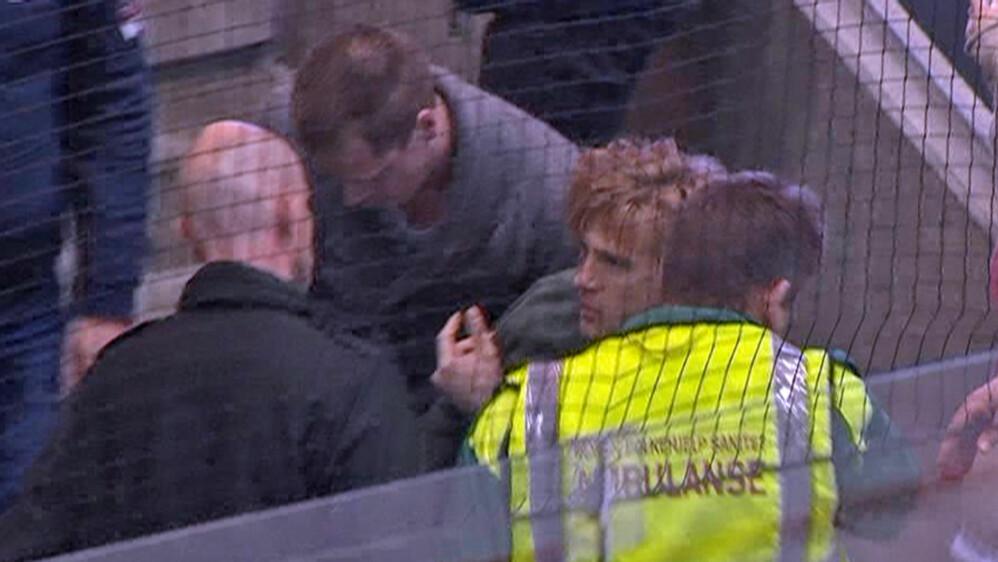 Yann-Erik de Lanlay måtte ha hjelp etter å ha falt om i DnB Arena. Foto: TV 2.