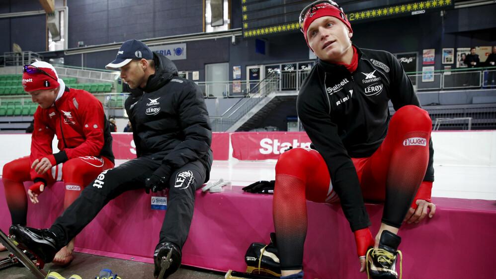 POSITIV: Sverre Lunde Pedersen (til venstre) prater med Sondre Skarli(i midten), som blir ny landslagstrener for skøytegutta. Håvard Bøkko (til høyre) er positiv til at 28-åringen blir ansatt. Foto: Erlend Aas / NTB scanpix