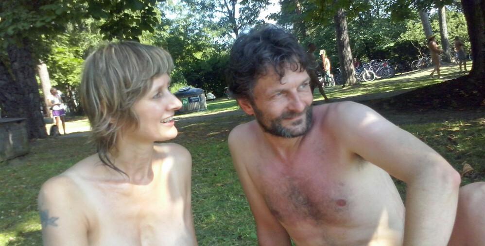 Naturistene jubler over sommervarmen: - Alle burde bade nakne!
