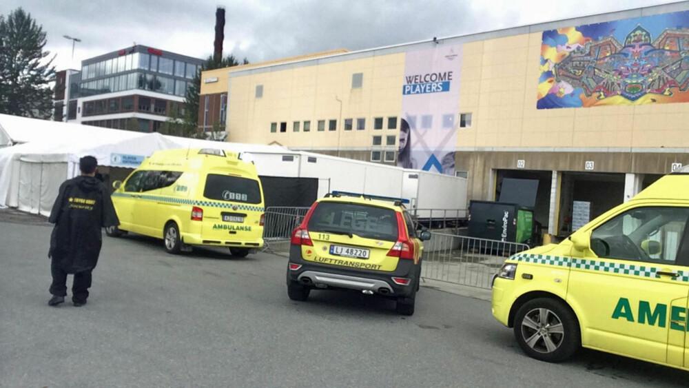 FALT OM: En person kollapset under sjakk-OL torsdag. Ambulansen har nå forlatt lokalet. FOTO: TV 2/Erle Marki Hansen.