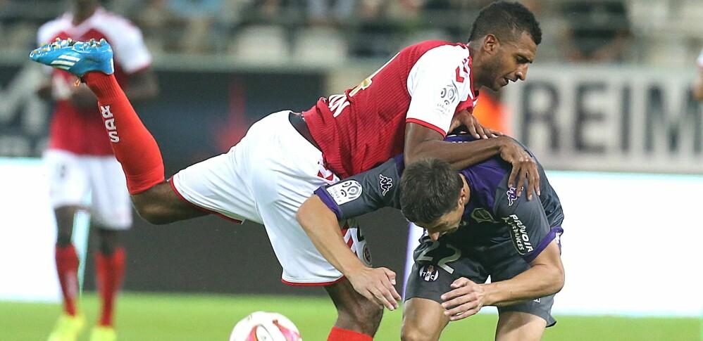 ENESTE KAMP: Her er David N'Gog i duell med Toulouses Dusan Veskovac i den eneste kampen han har spilt for Reims. Foto: Francois Nascimbeni/AFP