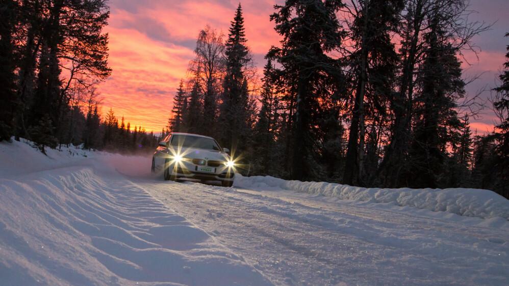 Det er ikke bare mens snøen ligger tykk og det er minusgrader at du må være nøye med hvilke dekk du har på bilen.