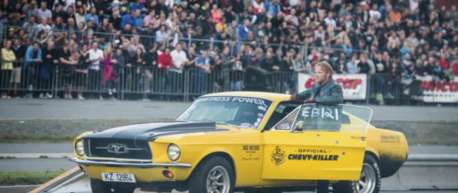 Mustangen «Lillegul» og Anders Baasmo Christiansen har hovedrollen i filmen Børning. Karl Ness har bygget motoren. Foto: Erik Aavatsmark/ Filmkameratene & SF Norge