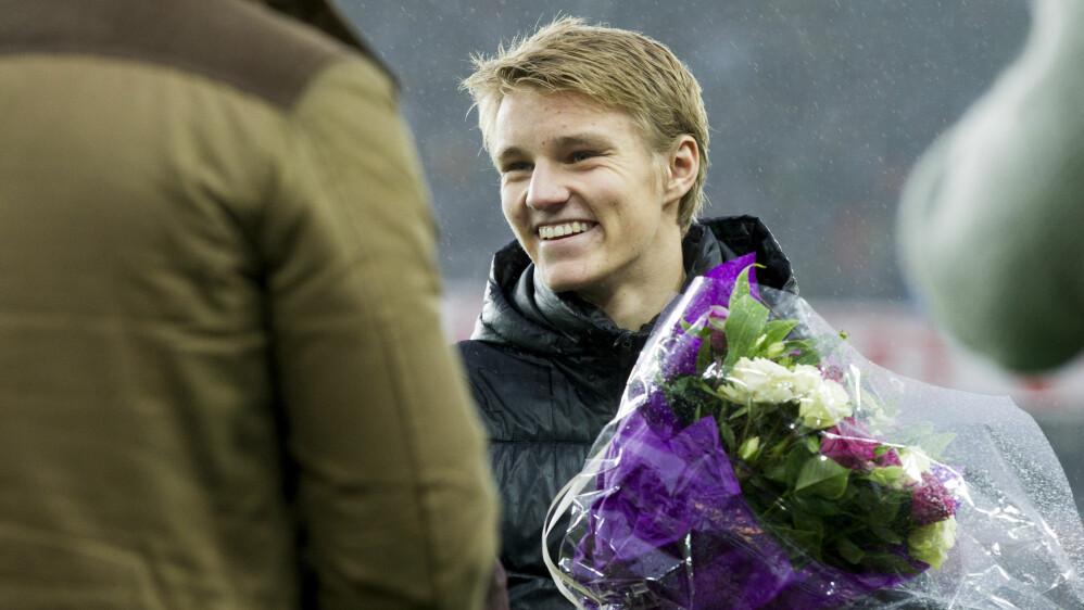 BURSDAGSBARN: Martin Ødegaard mottok prisen som årets fotballtalent i pausen under cupfinalen i fotball mellom Molde og Odd på Ullevaal stadion. Foto: Vegard Wivestad Grøtt / NTB scanpix