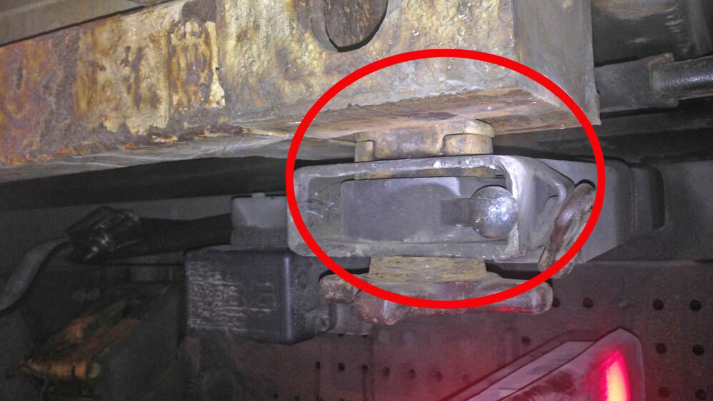 Containeren sto på et modulvogntog og var ikke festet bak i det hele tatt. Føreren fikk kjøreforbud og ble anmeldt. Foto: Statens vegvesen.