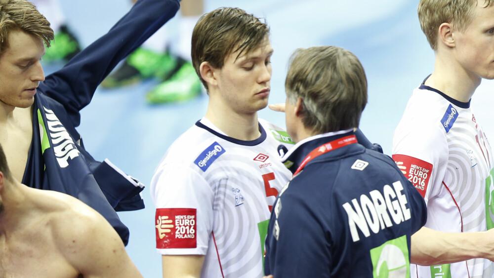 SKADET: Sander Sagosen får trøst av landslagslege Thomas Torgalsen. Foto: Vidar Ruud / NTB scanpix