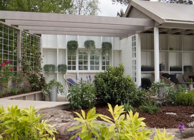Overrasket kona med romantisk hage