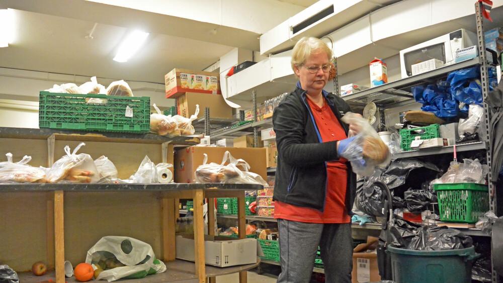 Anne Geenfeldt har jobbet for Fattighuset i åtte år, og har sjeldent sett et så tomt lager som akkurat nå. Foto: Marius Husebø-Evensen, TV 2.
