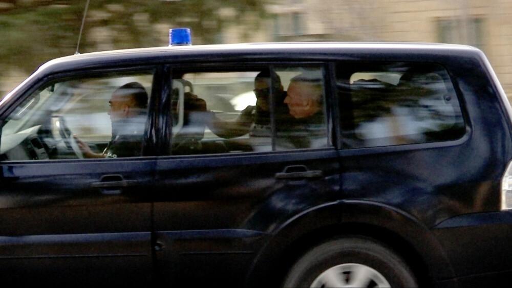 FENGSLET: Espen Lee kjøres tilbake til fengsel etter fengslingsmøtet i Nikosia torsdag. Foto: Bjørn Roger Brevik/TV 2.