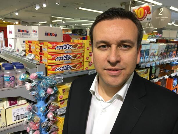 SJOKOLADEKJENNER: Svein-Magnus Sørensen er Norges første og eneste sertifiserte sjokoladesmaker. Foto: Matkontrollen/TV 2.