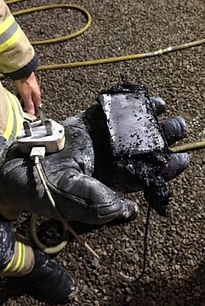 SVIDD: En brannmann viser fram restene av Caitlins telefon. Foto: Wales News Service
