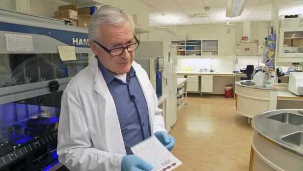 FINNER 50 BARN HVERT ÅR: Rolf D. Pettersen leder nyfødtscreeningen som hver dag mottar prøver av nyfødte fra hele Norge. Foto: Bjørn Roger Brevik/TV 2.