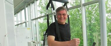 Hallvard (69) falt i bakken fra 200 meters høyde - nå skal en robot lære ham å gå igjen