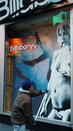 Butikkene på Fifth Avenue gjør seg klar til en ny handledag,   en tidlig lørdag morgen. (Foto: Ronald Toppe)