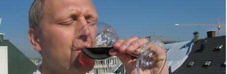 Christer Berens er God morgen Norges vinekspert. Denne uken anbefaler han en sprudlende, søt italiener til sommerdesserten.  (Foto: TV 2/Bjarte Ragnhildstveit)