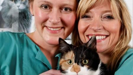 Kari Lutro og Trude Mostue med katten Bodil. (Foto: Bjørn Sigurdsøn / SCANPIX)