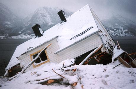 Husene på Bleie i Hardanger hadde ikke en sjanse da skredet kom. (Foto: Scanpix)