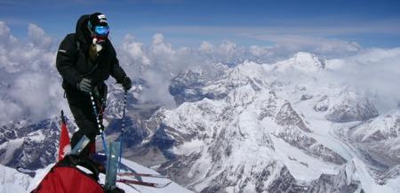Tormod på toppen av Everest, klar til å kjøre ned. Eggen er så smal at skiene stikker utfor både foran og bak. (Foto: Tomas Olsson)