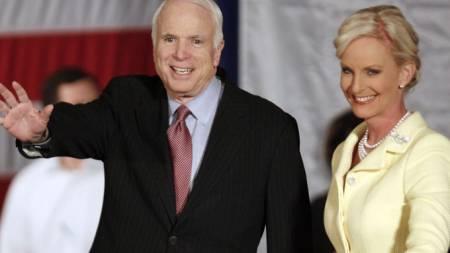 Johna McCain og kona Cindy, vant republikanernes nominasjon (Foto: Reuters)