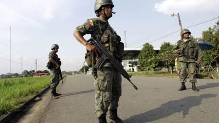 Soldater fra Ecuador vokter grensen mellom Ecuador og Colombia (Foto: AP)