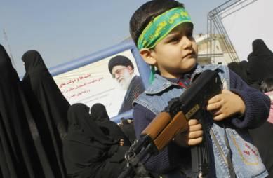 En iransk gutt under en demonstrasjon i Teheran fredag mot de   israelske angrepene mot Gazastripen den siste uken. (Foto: BEHROUZ MEHRI,   ©beh/mro)