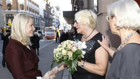 Kronrinsesse Mette-Marit ble tatt i mot av daglig leder Liv Jessen (th) ved Pro Senteret, i Oslo torsdag. Her får hun blomster av Janni Wintherbauer fra PION. (Foto: Morten Holm/Scanpix)
