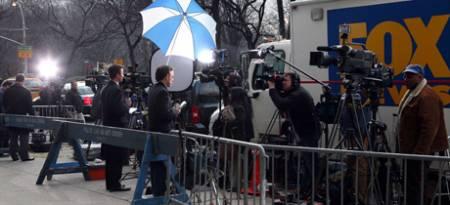 Pressen samlet utenfor guvernør Eliot Spitzers leilighet i New York. Det er ventet at Spitzer vil trekke seg i nærmerste tid. (Foto: DAVID KARP/SCANPIX, © SE**NY**)