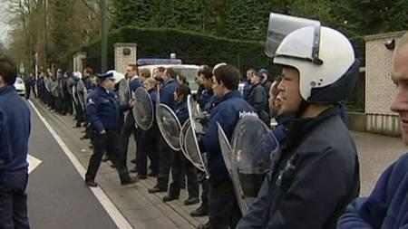 Opprørspoliti utenfor kinas ambassade i Belgia under Tibet-protester.  (Foto: Reuters)