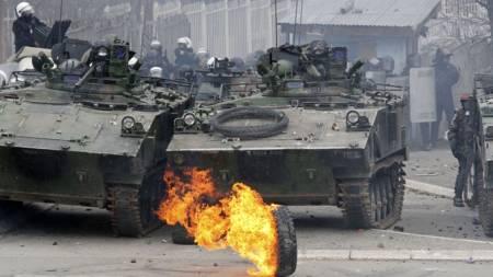 Nato-styrker i kraftige opptøyer i den nordlige byen Mitrovica i Kosovo. (Foto: Reuters)